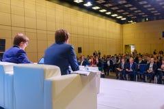 La gente partecipa all'incontro di affari nel corridoio del congresso immagini stock