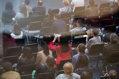 La gente partecipa alla conferenza di vendita di Digital in grande corridoio Fotografia Stock Libera da Diritti
