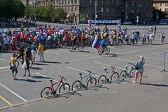 La gente participa en desfile de la bici en el Día de la Independencia de Rusia en Stalingrad Fotografía de archivo