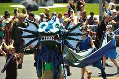 La gente participa en el 36.o desfile anual de la sirena en Coney Island imagen de archivo