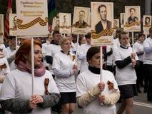 La gente participa en el regimiento inmortal de la acción en la celebración de Victory Day Fotografía de archivo libre de regalías