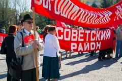 La gente participa en la demostración del primero de mayo en Stalingrad Foto de archivo