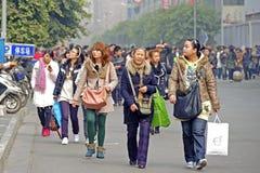 La gente pasa a través de una calle de las compras Imagenes de archivo