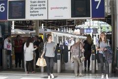 La gente passa attraverso la stazione della via di Liverpool ai treni ed alla metropolitana Fotografia Stock
