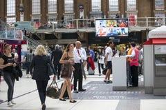 La gente passa attraverso la stazione della via di Liverpool ai treni ed alla metropolitana Fotografie Stock