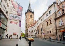 La gente passa tramite la via della città storica Immagini Stock Libere da Diritti