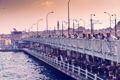 La gente pesca del puente de Galata el 24 de agosto de 2013 en Istanbu Foto de archivo
