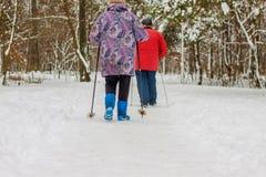 La gente più anziana fa gli sport nell'inverno nel parco fotografia stock libera da diritti