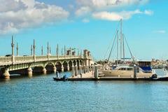 La gente in piccola barca, marinaio e ponte dei leoni nella costa storica di Florida fotografia stock libera da diritti