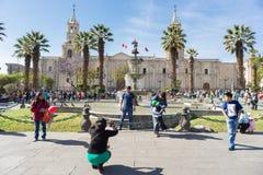 La gente in Plaza de Armas, Arequipa, Perù Fotografia Stock
