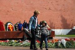 La gente pone las flores en la llama eterna en Aleksandrovsk a un jardín en Victory Day Foto de archivo libre de regalías