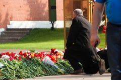 La gente pone las flores en la llama eterna en Aleksandrovsk a un jardín en Victory Day Imágenes de archivo libres de regalías