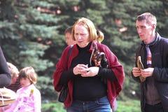 La gente pone las flores en la llama eterna en Aleksandrovsk a un jardín en Victory Day Fotografía de archivo