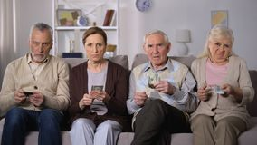 La gente povera che tiene i dollari, soldi richiedenti, si è rovesciata con il programma sociale di pensione archivi video