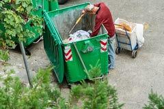 La gente povera trova o cercando l'immondizia la vendita per riutilizzare e riciclare in materiale di riporto Questa vita e immagini stock