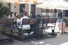 La gente pranza ad un caffè nella vecchia città Fotografia Stock Libera da Diritti