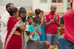 La gente prega al grande Bassin tempio indù di Ganga Talao, Mauritius fotografia stock libera da diritti