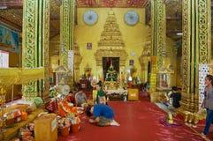 La gente prega al tempio buddista di Wat Si Muang a Vientiane, Laos fotografia stock libera da diritti