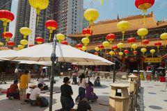 La gente prega al tempio di Sik Sik Yuen Wong Tai Sin a Kowloon in Hong Kong, Cina fotografie stock