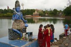 La gente prega alla statua di Shiva al grande Bassin tempio indù di Ganga Talao, Mauritius immagine stock libera da diritti