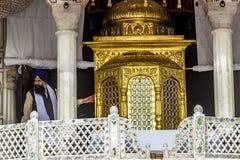 La gente prega nel Harimandir Sahib al compl dorato del tempio Immagini Stock
