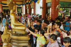 La gente prega in tempio buddista di Wat Pho Chai in Nong Khai, Tailandia immagini stock libere da diritti