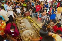 La gente prega in tempio buddista di Wat Pho Chai in Nong Khai, Tailandia fotografia stock