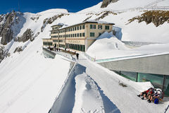 La gente prende il sole al terrazzo dell'albergo di lusso di Pilatus-Kulm alla cima della montagna di Pilatus in Lucern, Svizzera Immagine Stock