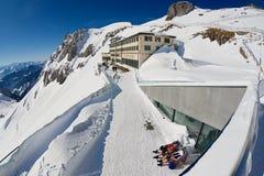 La gente prende il sole al terrazzo dell'albergo di lusso di Pilatus-Kulm alla cima della montagna di Pilatus in Lucern, Svizzera Fotografia Stock