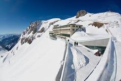 La gente prende il sole al terrazzo dell'albergo di lusso di Pilatus-Kulm alla cima della montagna di Pilatus in Lucern, Svizzera Fotografia Stock Libera da Diritti