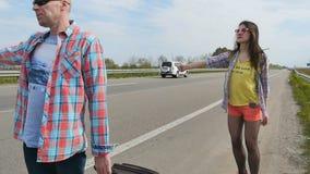La gente prende l'automobile che fa auto-stop video d archivio