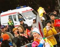 La gente prende le foto della fiamma olimpica Immagini Stock Libere da Diritti