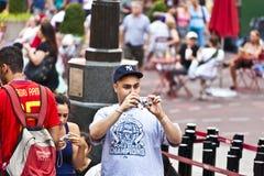 La gente prende le foto a volte quadra Fotografie Stock