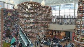 La gente prende una rottura alla biblioteca di Starfield nel centro commerciale di Starfield COEX video d archivio