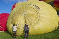 La gente prepara los globos del aire caliente para el vuelo en Vilna, Lituania Fotografía de archivo libre de regalías