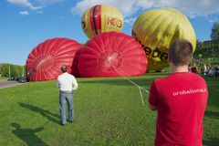 La gente prepara los globos del aire caliente para el vuelo en Vilna, Lituania Imágenes de archivo libres de regalías