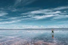 La gente profila in Salar de Uyuni fotografia stock libera da diritti