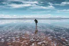 La gente profila in Salar de Uyuni immagine stock libera da diritti