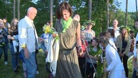 La gente puso piedras en la chimenea Tradiciones simbólicas en día de fiesta pagano del pleno verano almacen de video