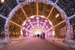 La gente que camina con los días de fiesta del Año Nuevo y de la Navidad enciende el túnel en el centro de ciudad en Moscú Fotos de archivo