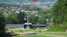 La gente que camina el naer baja la estación del teleférico en la montaña de Pohorje en Maribor, Eslovenia en verano almacen de video
