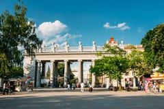 La gente que camina en Gorki parquea en la tarde del verano adentro Foto de archivo