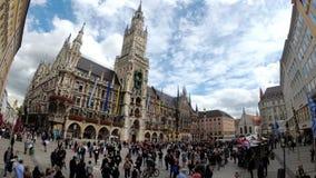 La gente que camina en Marienplatz ajusta en el ayuntamiento famoso Munich, Alemania metrajes