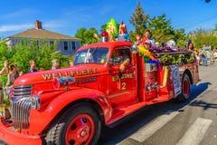 La gente que camina en 39.os dioses y diosa anuales del carnaval de Provincetown desfila en la calle comercial en Provincetown, M Foto de archivo libre de regalías