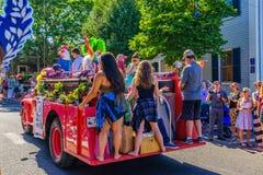 La gente que camina en 39.os dioses y diosa anuales del carnaval de Provincetown desfila en la calle comercial en Provincetown, M Fotos de archivo