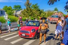 La gente que camina en 39.os dioses y diosa anuales del carnaval de Provincetown desfila en la calle comercial en Provincetown, M Imagen de archivo libre de regalías