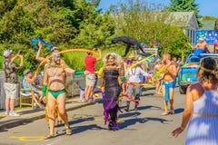 La gente que camina en 39.os dioses y diosa anuales del carnaval de Provincetown desfila en la calle comercial en Provincetown, M Fotografía de archivo libre de regalías