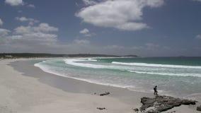 la gente que camina en la playa crepuscular en el gran océano conduce, Esperance, Australia occidental almacen de metraje de vídeo