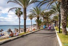 La gente que camina a lo largo de la orilla del mar de Las Américas promenade Imágenes de archivo libres de regalías