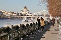 La gente que camina a lo largo del terraplén de Pushkin en Gorki parquea imagen de archivo